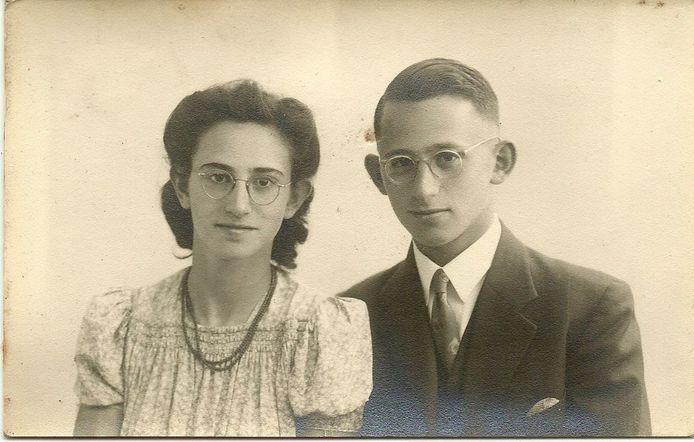 Zus Henriëtte en broer Frits Elzas in 1945