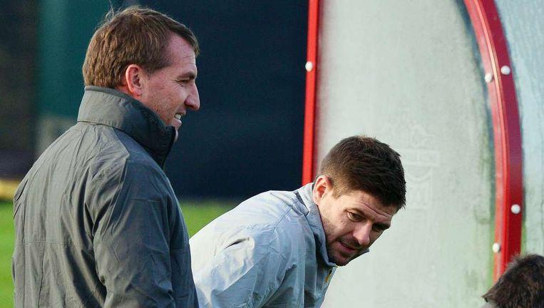 Coach Brendan Rodgers (l) bevestigt dat Liverpool het aflopende contract van Steven Gerrard (r) wil verlengen