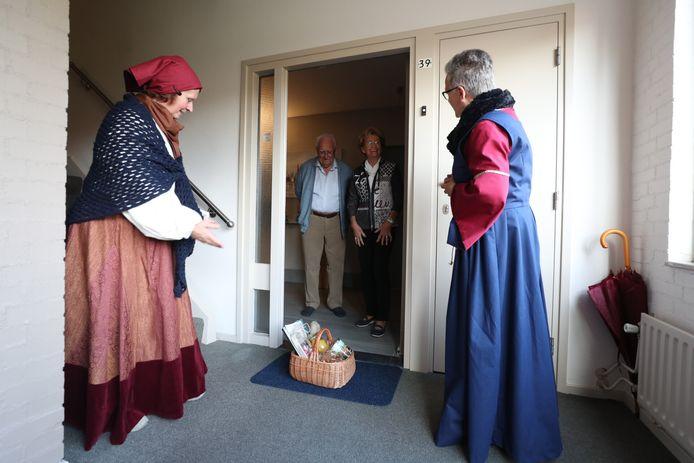 'Bewoners van het Helmondse kasteel' bezorgen een mand met lokale producten bij het diamanten paar Schippers-Van Kessel.