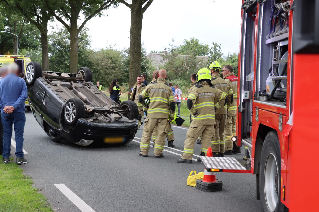 De auto sloeg over de kop bij een ongeval op de Lunterenseweg bij Ede. De bestuurder van de auto raakte gewond.