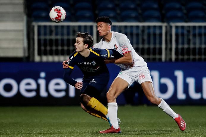 Kaj de Rooij (l) van FC Eindhoven in duel om de bal met Telstar-back Ilias Bronkhorst.