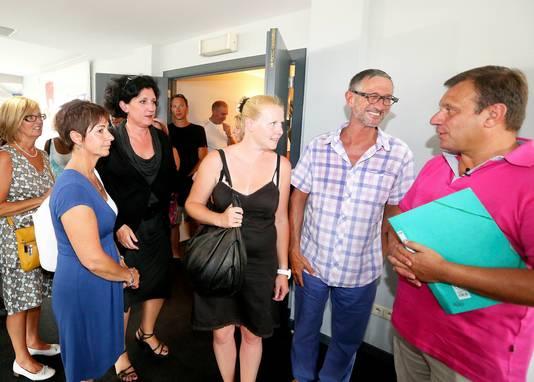 Een beeld uit 2012 met de vader (rechts) en moeder van Julie (met zwarte jurk) met toenmalig minister van Justitie Annemie Turtelboom en andere ouders van slachtoffers van de bende van Dutroux.