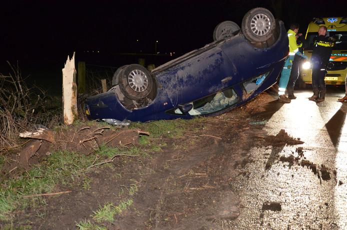 De boom is afgebroken en de auto flink beschadigd. De bestuurder is gewond naar het ziekenhuis gebracht.