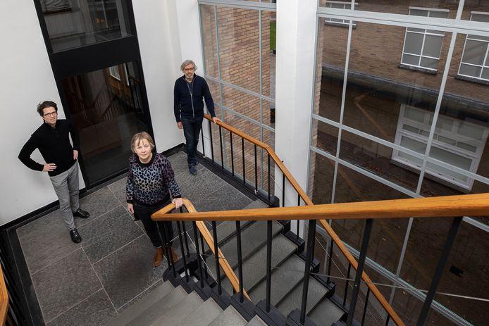 Het Architectuurcentrum Eindhoven (ACE) bestaat 25 jaar. René Erven (links, secretaris), Margriet Eugelink (voorzitter) en Bert Dirrix (oud-voorzitter) in het trappenhuis van het Natlab waar het ACE zijn bijeenkomsten houdt.