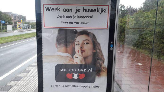 Een beplakte poster van Second Love bij bushalte Vlotlaan aan de 's-Gravenzandseweg in Monster.