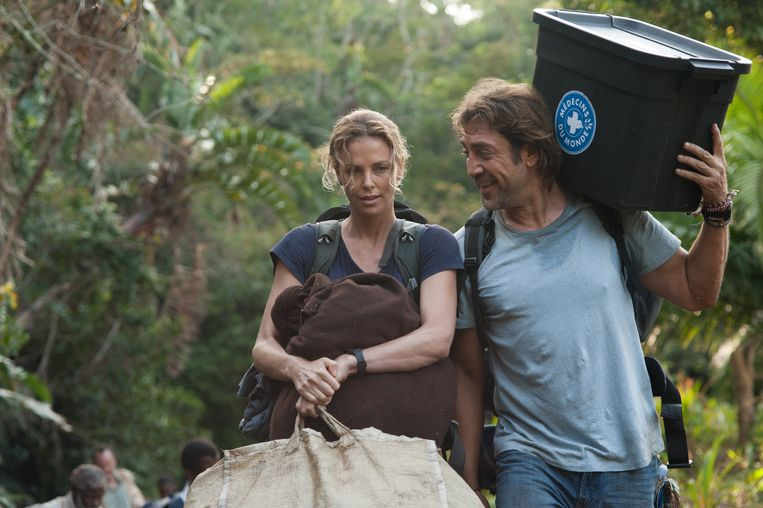 Charlize Theron en Javier Bardem in 'The last Face'. Beeld RV