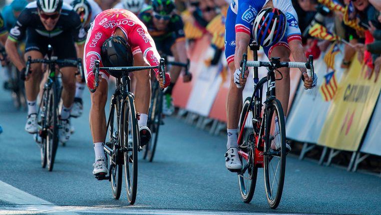 Wat een jump van de Italiaan Cimolai! Nacer Bouhanni wordt zo op de streep gevloerd. Op de achtergrond zien we Sbaragli, (de helm van) Greipel en Rojas. Beeld AFP