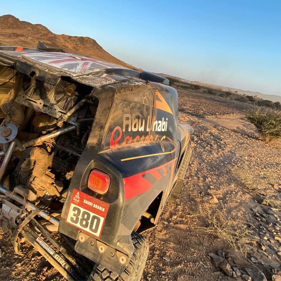 Vanuit de woestijn stuurde Kris Meeke een foto waarop de ravage aan de gestrande Zephyr te zien was.