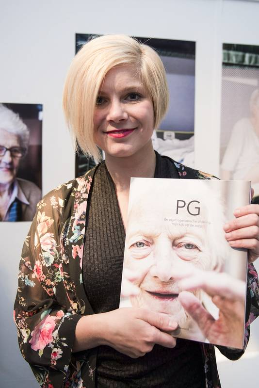 Milou Vossebeld met haar boek PG.