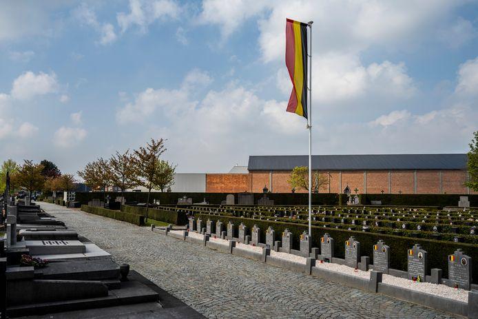 De Belgische driekleur vormt het herkenningspunt voor de oorlogsgraven.