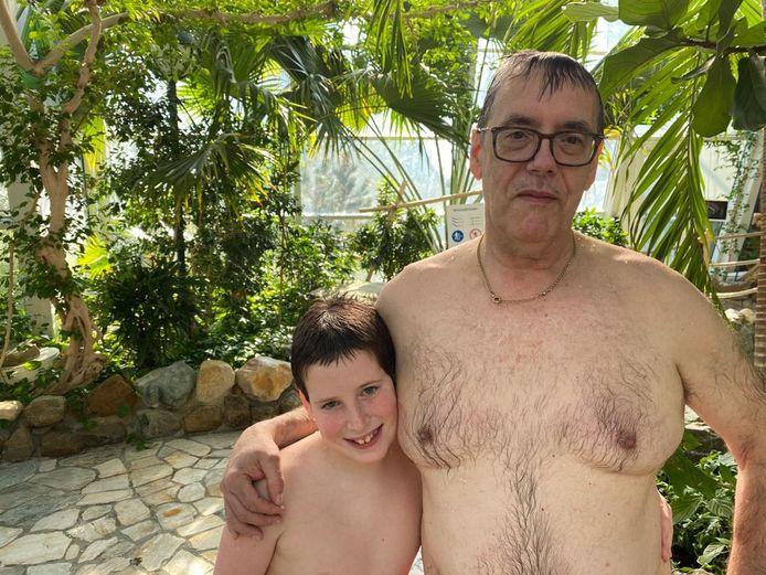 Peter de Kramer ging met zijn kleinzoon Jamy (11)  zwemmen tijdens het testevenement in Aqua Mundo.