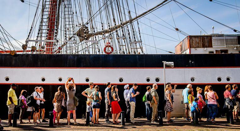 Bezoekers tijdens de vierde dag van Sail Amsterdam 2015. Beeld ANP