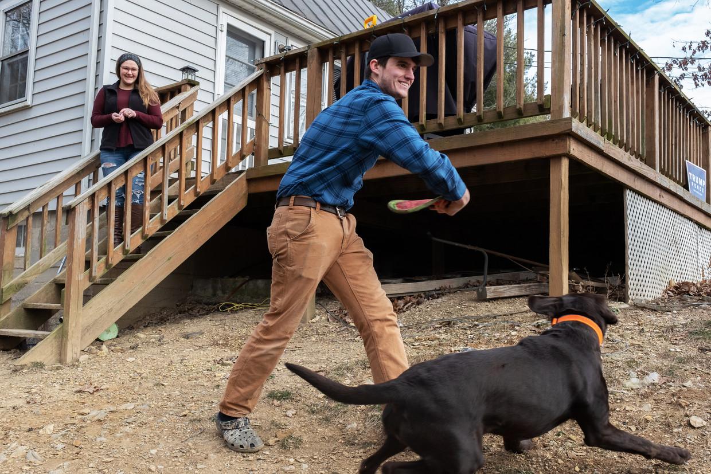 Luke Astis (20) en zijn vriendin Elizabeth Jenkins (19) in haar ouderlijk huis in de bossen van Clarke County.