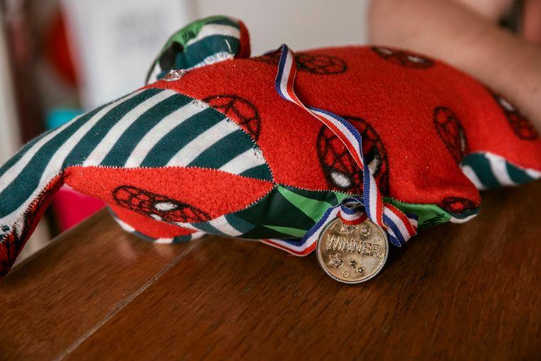 De medaille met een knuffel gemaakt van de kledij van Sam.