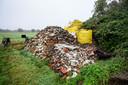 Op zijn fiets gaat de man bijna dagelijks naar de vroegere vuilnisbelt aan de Ontginningsweg om te graven en puin en ander gestort afval te sorteren in grote zakken.