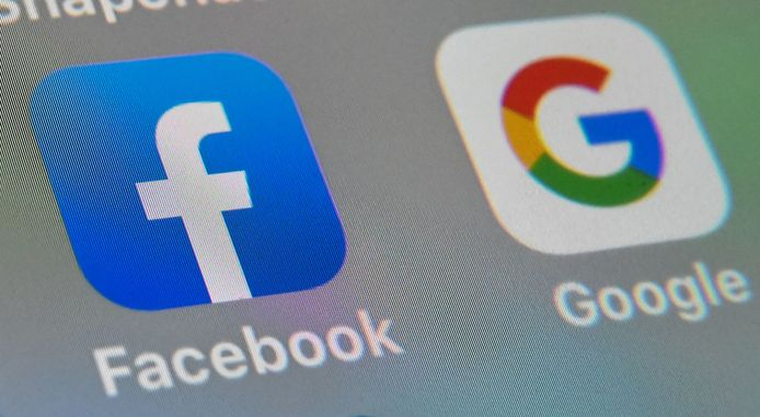 De logo's van Facebook en Google.