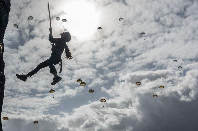 In de klimtoren tegen een achtergrond van parachutisten.