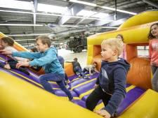 Springen en stuiteren bij Springkussenfestival op Vliegveld Twenthe