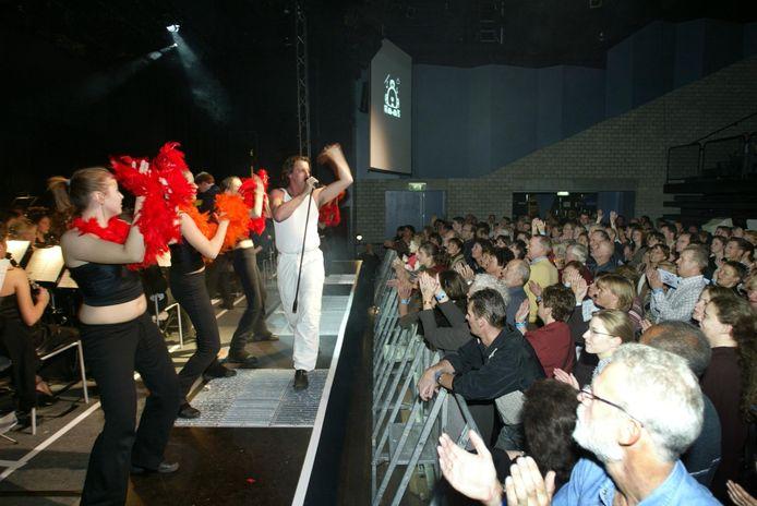 Eerste uitvoering van Nuenen Proms  in het Klooster met amateur Freddy Mercury op het podium.