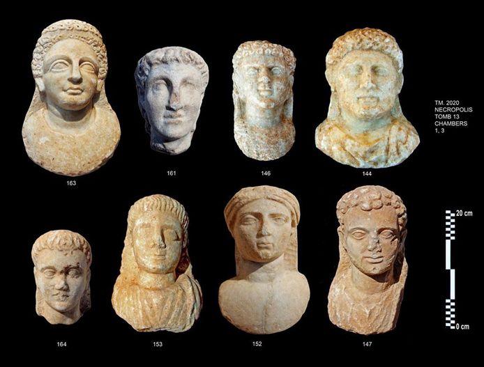 De archeologen vonden onder andere deze acht marmeren maskers.