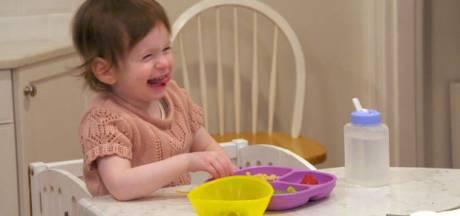 Samantha (2) is doof en dus leert de hele buurt gebarentaal