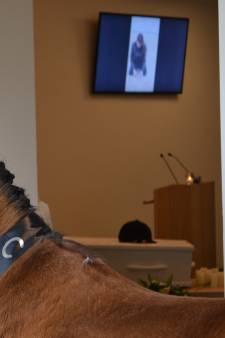 Paard in de gang bij afscheid in crematorium Uden