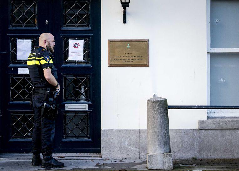 Politie doet onderzoek bij de Ambassade van Saoedi-Arabië in Den Haag, nadat deze is beschoten.  Beeld ANP