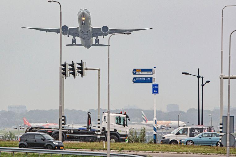 Een vliegtuig vertrekt vanaf Schiphol. Beeld Guus Dubbelman / de Volkskrant