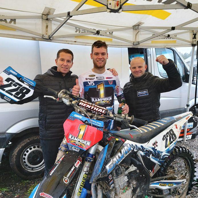 Kampioen Kay Ebben met (links) teameigenaar Heikki van den Berg en teammanager Bjorn de Cort.