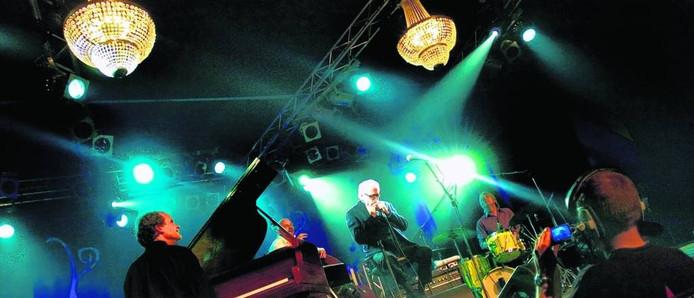 Toots Thielemans tijdens een optreden in Rijen in 2006.