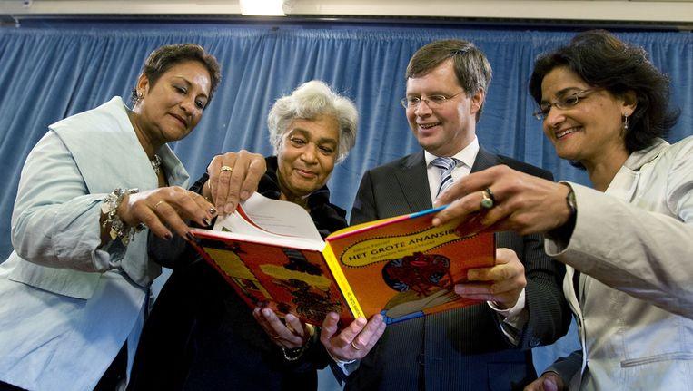 Joan Ferrier (links) met haar zusters Cynthia en Kathleen in 2010 met toenmalig demissionair premier Balkenende bij de presentatie van Het Grote Anansiboek over Johan Ferrier. Beeld anp
