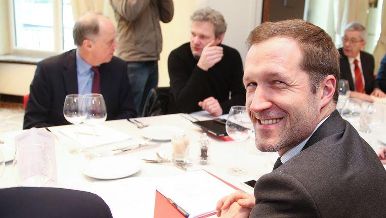 Minister-president Paul Magnette (PS) aan tafel met de Waalse sociale partners.