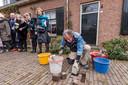 Gunther Demnig, bedenker en maker van de Struikelstenen, legde afgelopen weekeinde een gedenksteen aan de Veghelsedijk 34 in Uden. In september worden in de Sint_Janstraat in Uden nog drie stenen gelegd.