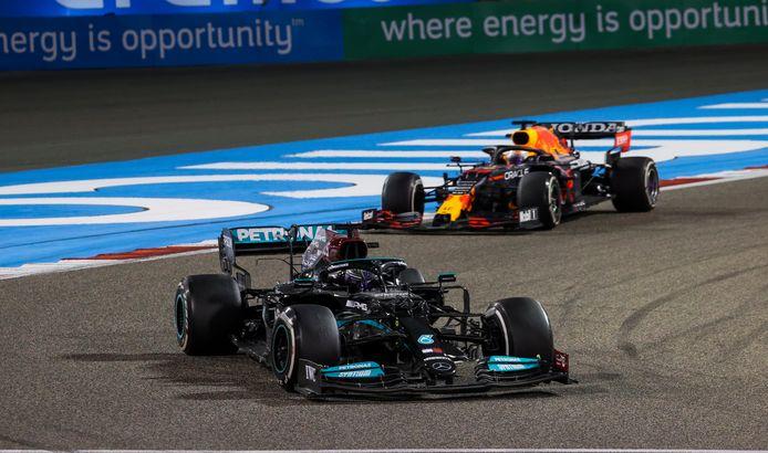 Hamilton meteen gevolgd door Verstappen.