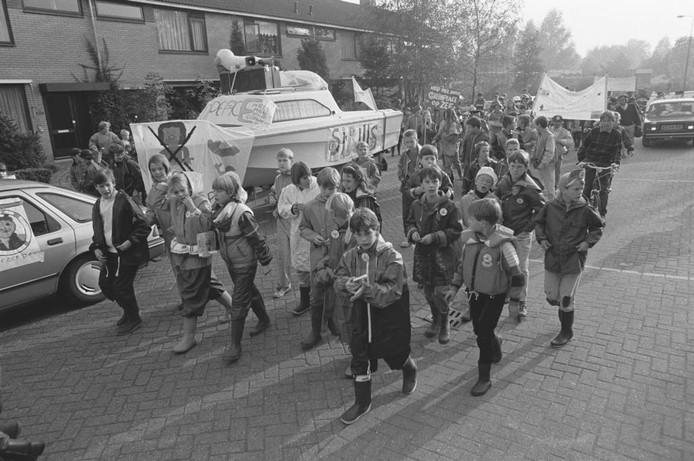 In 1985 gingen deze kinderen de straat op voor Greenpeace. Een bootje was omgetoverd tot de Sirius, het actieschip van Greenpeace. Waar was de optocht? Herkent u kinderen? Was u er misschien zelf bij?