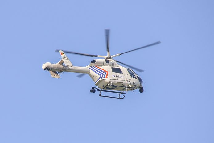 De helikopter 'RAGO' van de federale politie kwam de maïsvelden in Koolkerke van bovenaf doorzoeken.