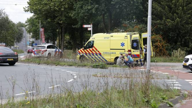 Fietser in Ede schrikt van andere weggebruiker, valt en moet naar het ziekenhuis