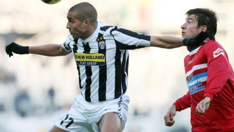 David Trezeguet (L) van Juventus in duel met Nicolas Spolli van Catania. ANP Beeld
