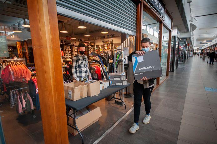 Klanten halen hun bestelde spulletjes op bij Knuvers Sport in de Helftheuvelpassage