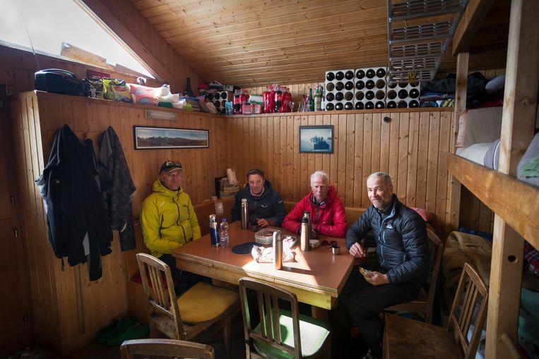 Lunch op 2390 m hoogte. Beeld Lex van den Bosch