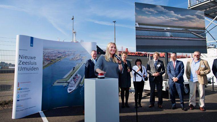 Minister Melanie Schultz van Haegen van VWS geeft het startsein voor de bouw van de nieuwe zeesluis in IJmuiden. Beeld anp
