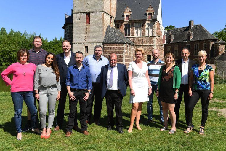 De leden van de nieuwe partij 'Holsbeek Beweegt' aan het kasteel van Horst, met in het midden lijsttrekker Achiel Claes.