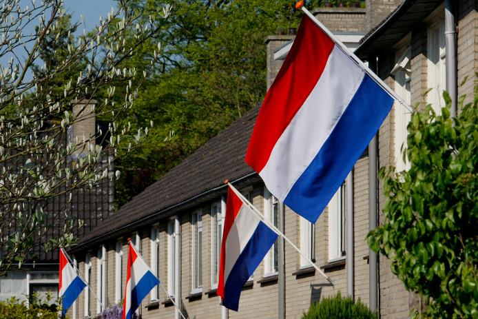 In een straat in Baarn hangen veel vlaggen uit ter ere van Bevrijdingsdag.