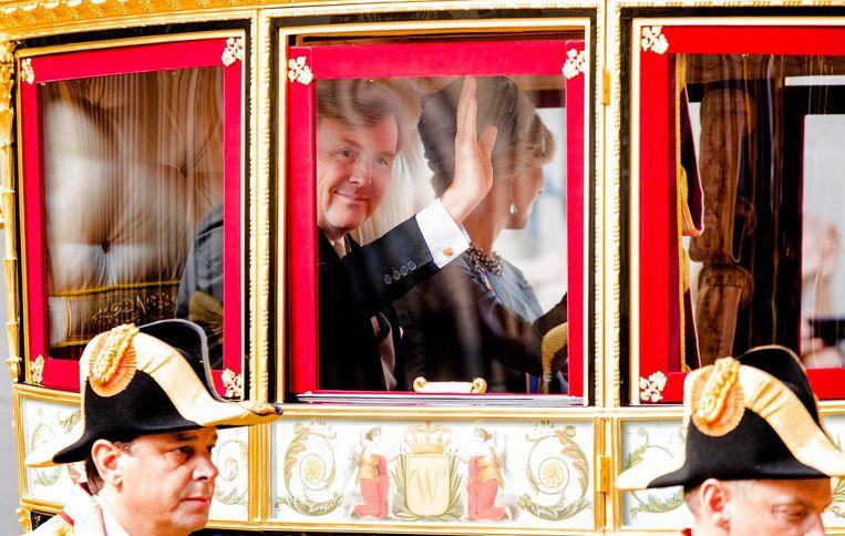 Koning Willem-Alexander en koningin Maxima vertrekken met de Glazen Koets vanaf Paleis Noordeinde naar de Ridderzaal Beeld anp