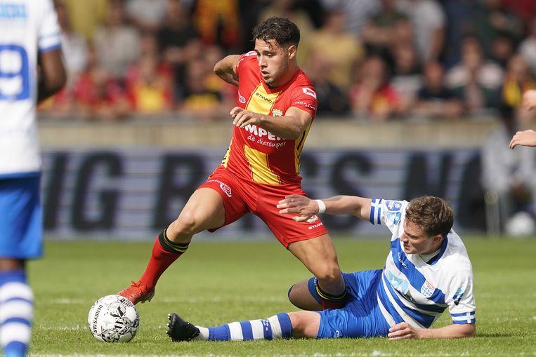 Giannis Botos, maker van het winnende doelpunt voor Go Ahead Eagles in duel met Rico Strieder (r) van PEC Zwolle. Beeld ANP