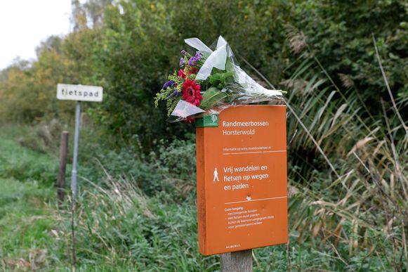 Bloemen bij het Hosterwoldbos. De 25-jarige Anne Faber werd na twee weken gevonden bij het Nulderpad in het Hosterwoldbos.
