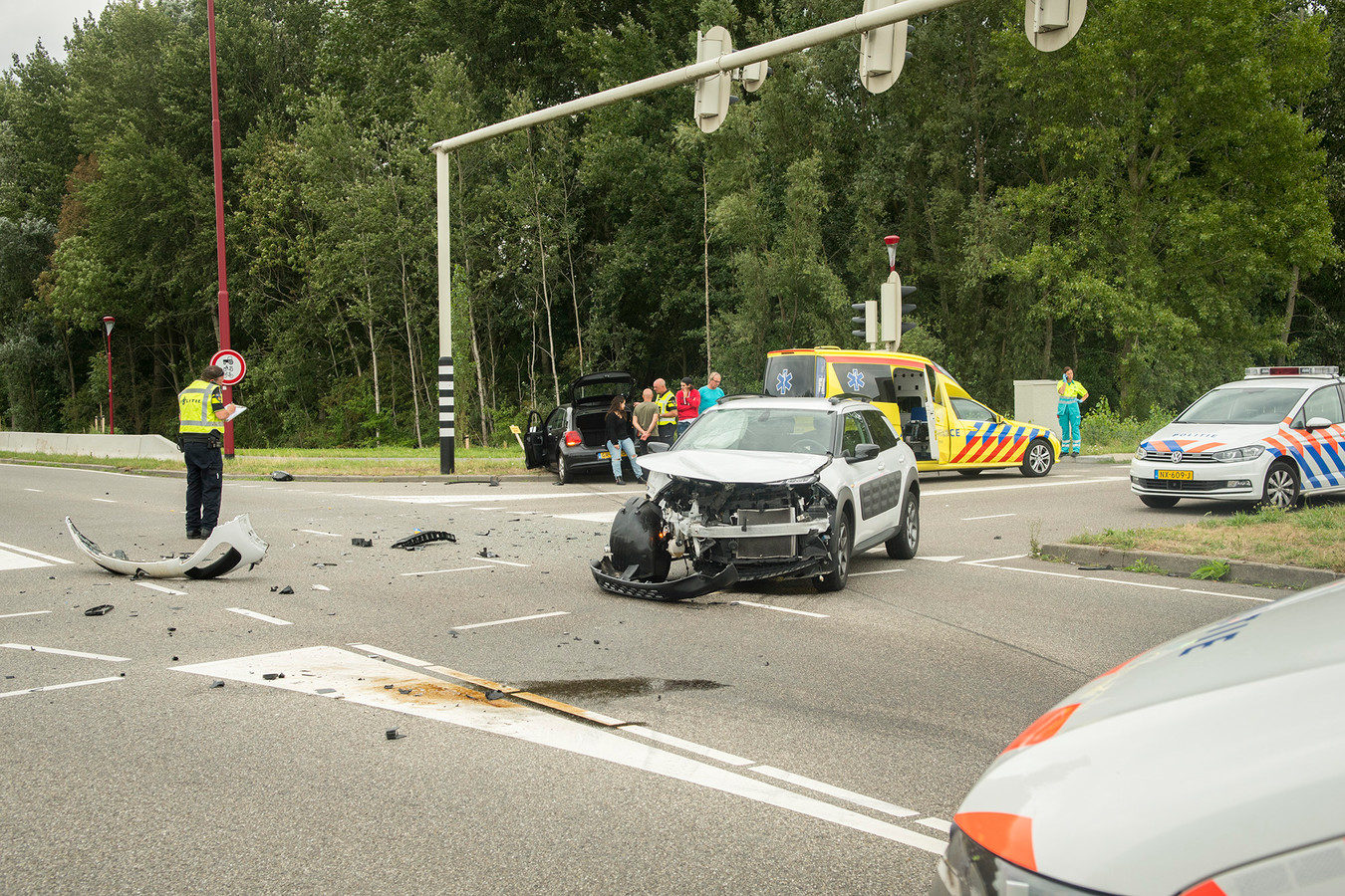 De ravage is enorm op de kruising van de A.C. Verhoefweg met de Taludweg in Nieuwegein na het ongeluk vanmiddag.