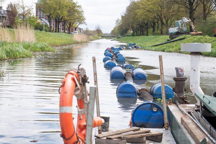 Baggerwerkzaamheden van het waterschap Vechtstromen in het kanaal  Almelo-Nordhorn.