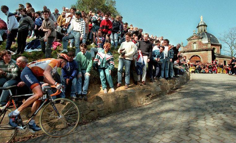 Rolf Sörensen beklimt de Muur van Geraardsbergen in 1997. Beeld anp