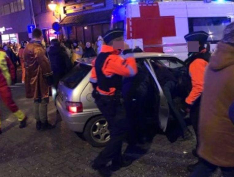 De oudere man was verward en kwam in de stoet licht in aanrijding met carnavalswagen. Beeld rv